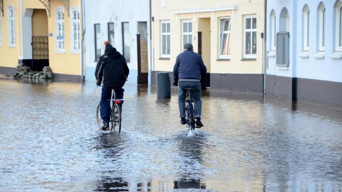 Danmarks Meteorologiske Institut har skåret næsten 100 stillinger inden for vejrvarsling, forskning, kommunikation og formidling siden 2013. Det er foruroligende, lyder det fra tidligere DMI-leder, der bakkes op af flere forskere