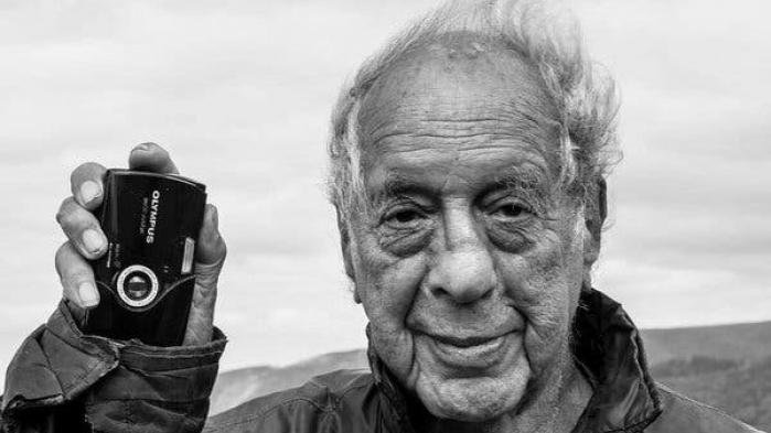 Robert Frank, fotograf, kunstner og filmskaber, er død. Hans fotografiske bogudgivelse fra 1958/59, 'The Americans', der på en definitiv vis gjorde op med genrens normer og æstetik, står som et hovedværk i efterkrigstidens dokumentarfotografi