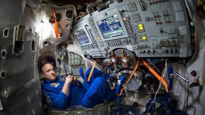 Scott Kelly er pensioneret astronaut fra NASA. Han har tilbragt et år i rummet og har en førstehåndserfaring med 'distancering' som matcher få andre. Her giver han sine råd til hvordan man overlever situationen