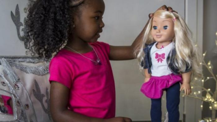 Det er i stigende grad blevet populært med dukker med kameraer og sensorer, der registrerer børnenes bevægelser og kan forstå og tale med dem. De tyske myndigheder mener dog, at nogle af dukkerne er for nemme at hacke, og  har bedt tyske forældre om at destruere dem.