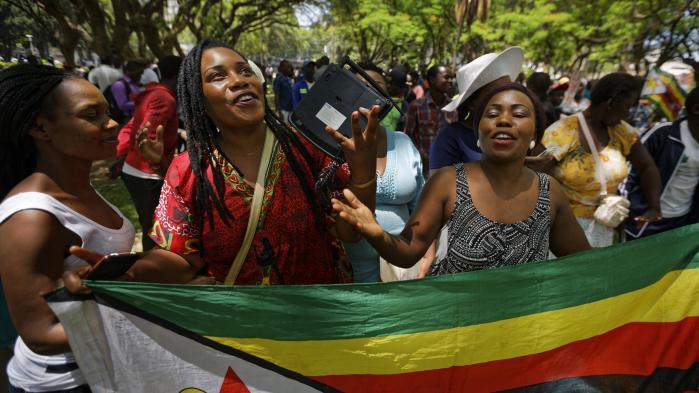 Vild jubel i Zimbabwe - Robert Mugabe træder tilbage