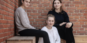 De tre veninder Lea Stenbjergaard, Sofie-Emilie Lytzen og Elmira Plougheld har til klimamarchen lørdag lavet plakater, der skal opfordre voksne, der kan stemme til EU-Parlamentet og Folketinget, til at tale med en ung, før de stemmer.