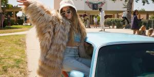 Den outrerede overklassepige Gigi (Carrie Fishers datter Billie Lourd), dukker på morsom vis op overalt i ny forklædning.