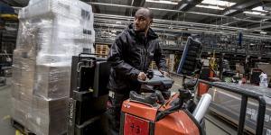 S-regeringen vil ændre loven, så flygtninge kan blive i Danmark, hvis de har arbejdet mindst to år i samme branche. Her Michael Amare Abreha på Jysks lager i Uldum i 2017. Arkivfoto