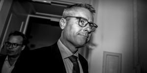Henrik Sass Larsen forlader dansk politik til fordel for en stilling som direktør for DVCA, brancheforening for venture- og kapitalfonde samt business angels. Vi må spørge os selv, om presset på politikerne er blevet for stort, skriver Gry Inger Reiter.