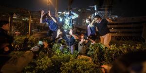 Siden mandag har politiet sammenlagt arresteret 1.100 demonstranter, mens 300 sårede er blevet bragt på hospitalet. På billedet ses en gruppe studerendeforanHongkongs Polytekniske Universitet.