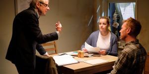 Ken Loach (tv.) instruererskuespillerneDebbie Honeywood ogKris Hitchen under optagelserne til sine nye film, 'Sorry We Missed You'.