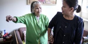 94-årige Felicidad Andersson (tv.) er oprindeligt fra Filippinerne og har på plejehjemmet sosu-assistenten Dulce Gonzaga Cupello, der også har filippinsk baggrund, som sin etniske ressourceperson