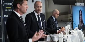 I flere medier er det blevet udlagt, at Sundhedsstyrelsens direktør,Søren Brostrøm (tv.), skulle have sagt, at WHO's anbefalinger om at teste mere for corona ikke var møntet på Danmark. Men det har han aldrig sagt, faktisk det modsatte. Alligevel fik det sundhedsminister Magnus Heunicke (S) (mf.) til at gå i rette med Brostrøm, om end Heunicke siden har forsøgt at nedtone uenigheden.