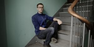 Da Kasper Holst var 24 år gik han ned med stress og depression. Han begyndte derfor hos en psykolog, og her fik Kasper for første gang sat ord på, at han savnede nogen at være sammen med.